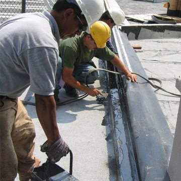 MIGUTAN side sheets are tied in to hot rubberized asphalt waterproofing membrane. This ensures complete watertight integration of the joint system in a static tie-in to the deck waterproofing system.