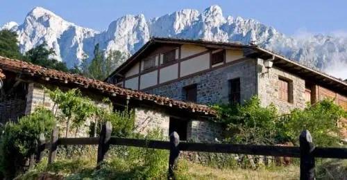 Alojarse a los pies de los Picos de Europa: el Hotel del Oso