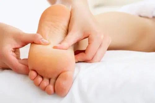 Cómo aliviar el dolor de oído y el dolor de pies con remedios naturales