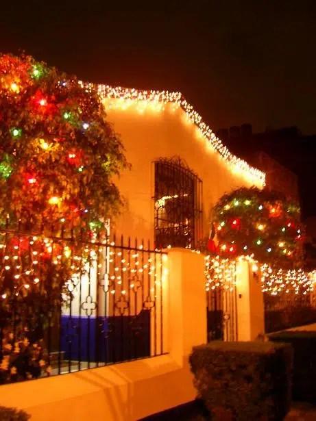 Decora con luces navideñas el exterior de tu casa