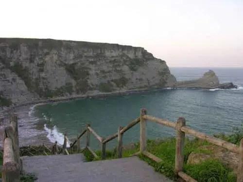 La atractiva localidad de Langre y su playa al pie de los acantilados