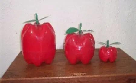 Manzana de plástico con botellas