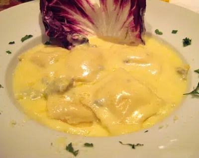 Raviolis con salsa a los cuatro quesos