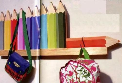 Un alegre perchero con la forma de lápices de colores