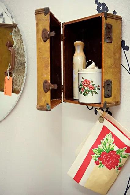Un decorativo estante hecho con un maletín viejo