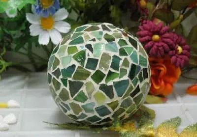 Una bonita esfera hecha con mosaicos de vidrio
