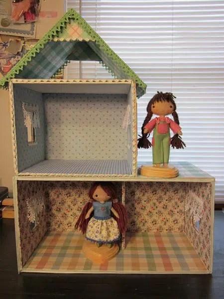 Una casa de muñecas hecha con cartón