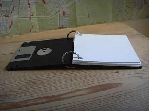 Una útil libreta de notas hecha con disquetes