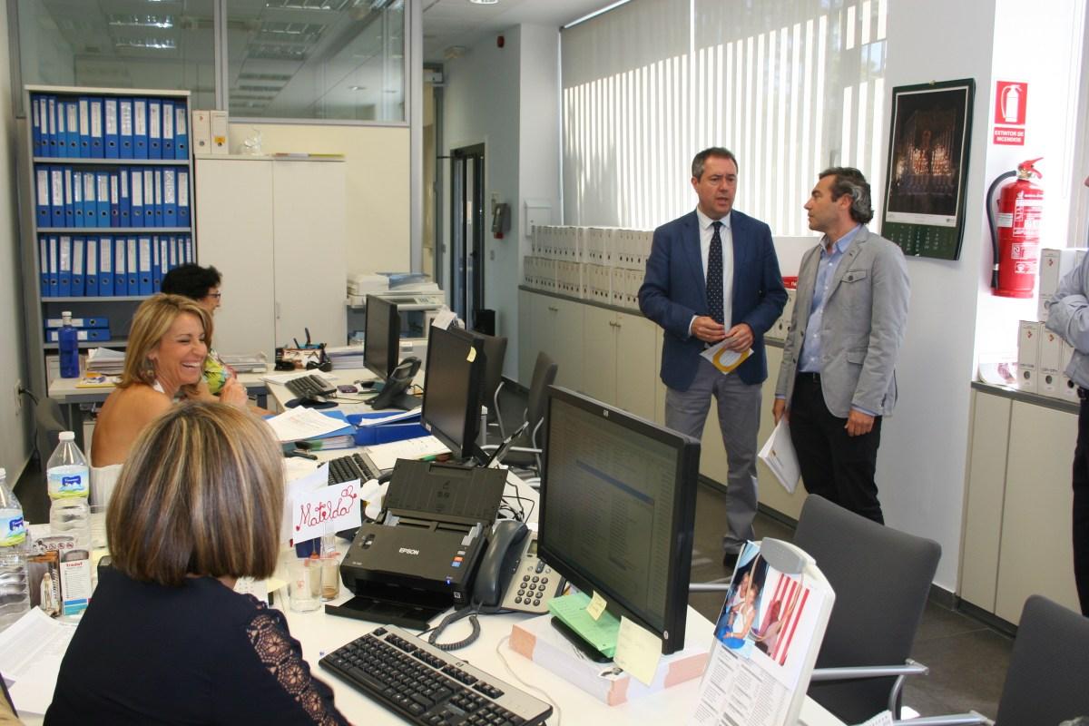 Juan Espadas visita la Oficina Municipal por el Derecho a la Vivienda