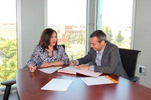 El convenio para la incorporación de Emvisesa como entidad colaboradora, se ha firmado esta misma semana con la presencia del gerente de Emvisesa, Felipe Castro, y la secretaria general de vivienda de la Junta de Andalucía, Catalina Madueño.
