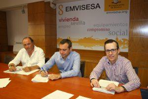 Felipe Castro, Director Gerente de EMVISESA, firma el acuerdo con Unicaja.