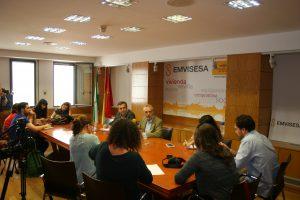 Felipe Castro respondiendo a las preguntas de los representantes de los medios de comunicación presentes.