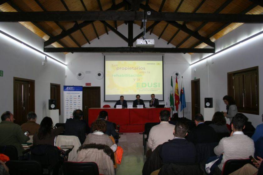 De izquierda a derecha: José Feria, Presidente del Colegio de Administradores de Fincas de Sevilla; Felipe Castro, Gerente de EMVISESA; y Francisco Martín, moderador y Coordinador Territorial Sur de ANERR.