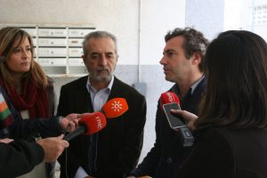 Myriam Díaz, Juan Manuel Flores y Felipe Castro atienden a los medios de comunicación que se dieron cita en Pino Montano.