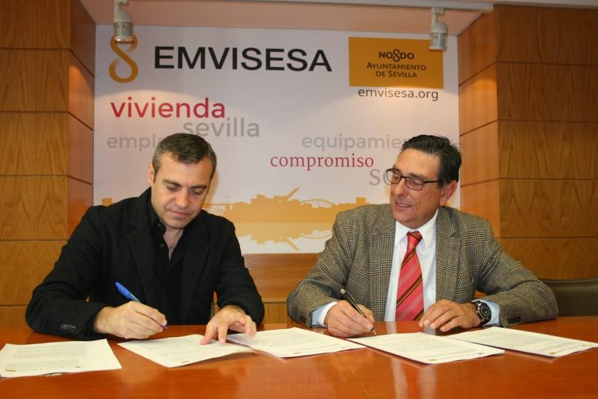 La firma del convenio la han llevado a cabo Felipe Castro, director gerente de Emvisesa, y Jaime Royo Aguado, director de relaciones institucionales de BuildingCenter.