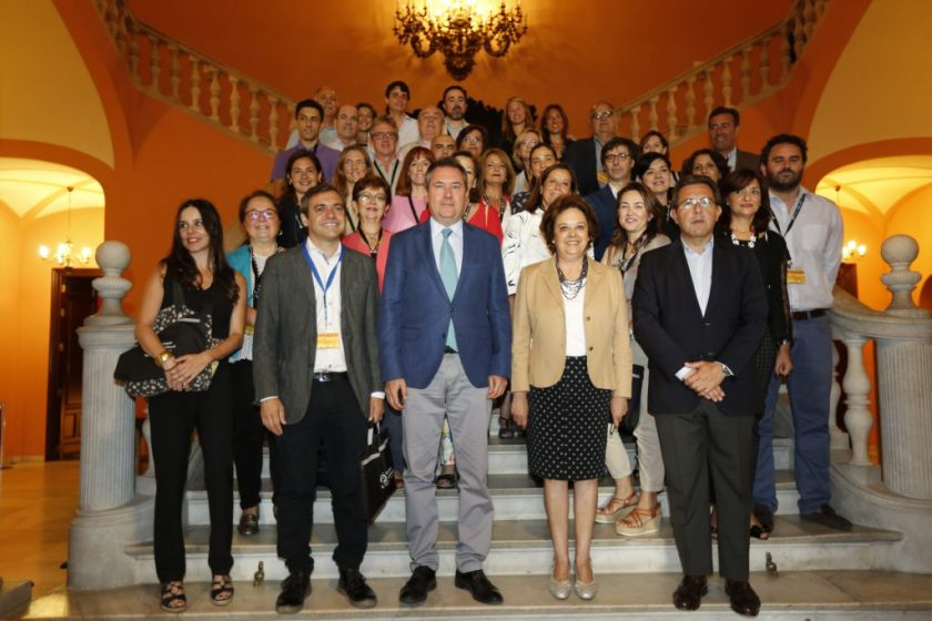 Juan Espadas, Carmen Castreño y Felipe Castro con buena parte de los empleados de Emvisesa que han trabajado en la organización de las Jornadas.
