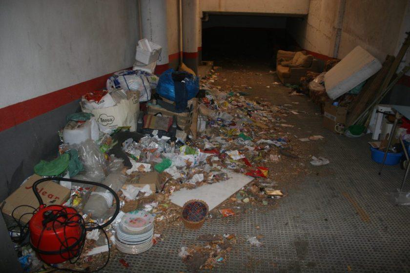 El garaje era utilizado en exclusividad por ocupantes ilegales de la promoción Modecar,  enTorreblanca. Se impedía la entrada a los servicios de limpieza mediante el bloqueo de los accesos y se almacenaba basura, enseres presuntamente robados, perros peligrosos y gallos de pelea.