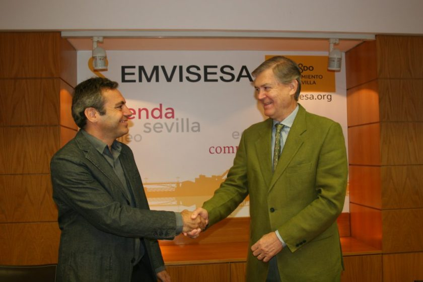 El notario José Luis Lledó ha presidido el acto del sorteo junto al Director Gerente de Emvisesa, Felipe Castro.