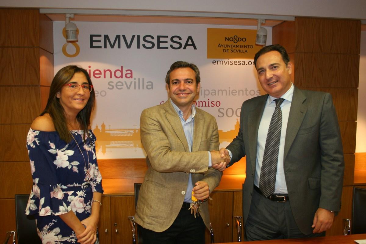 Caixabank hace entrega a Emvisesa de dos nuevas viviendas para fines sociales, en el marco del acuerdo de colaboración suscrito el pasado mes de enero.