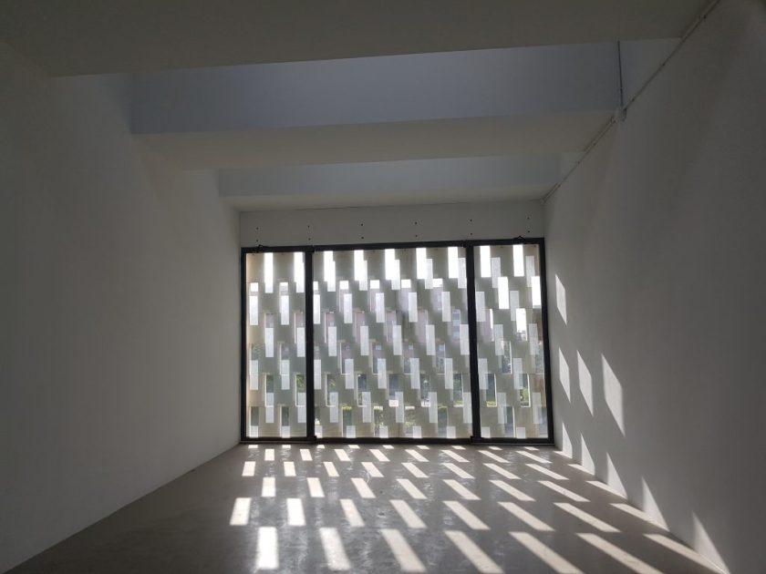 Estado de uno de los espacios que albergará la sede de Emvisesa en el Parque Empresarial Arte Sacro antes de las obras de adecuación.