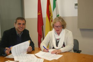 Felipe Castro, gerente de Emvisesa, y Josefa Romero, presidenta de Paz y Bien.