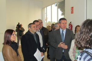 Juan Espadas y Felipe Castro conversan con los adjudicatarios de los tres locales comerciales.