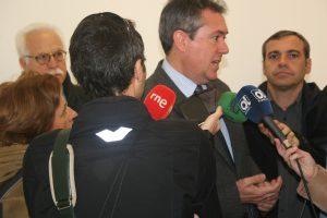 Juan Espadas atiende a los medios de comunicación tras la entrega de llaves de tres locales del Plan de Empleo.