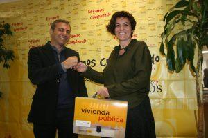 Felipe Castro, gerente de Emvisesa, hace entrega de las llaves de una vivienda a Alicia Puerto, coordinadora en Sevilla de la Fundación Atenea-Realidades.