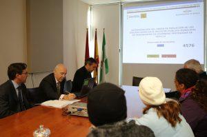 Felipe Castro, al fondo, junto al notario y el responsable del Registro de Demandantes.
