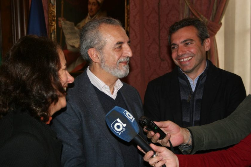 Ángela Paschoeto, Juan Manuel Flores y Felipe Castro atendiendo a los medios de comunicación.