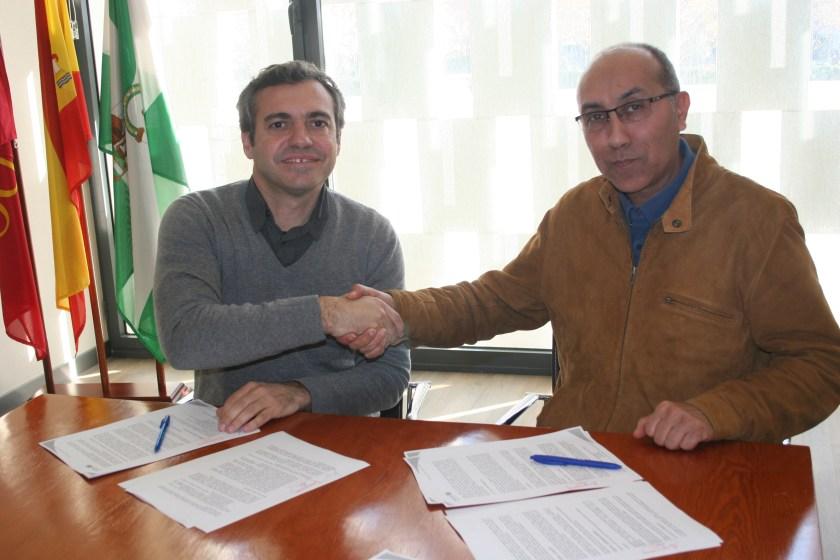 Felipe Castro, gerente de Emvisesa, y Omar El Hartiti, presidente de Sevilla Acoge.