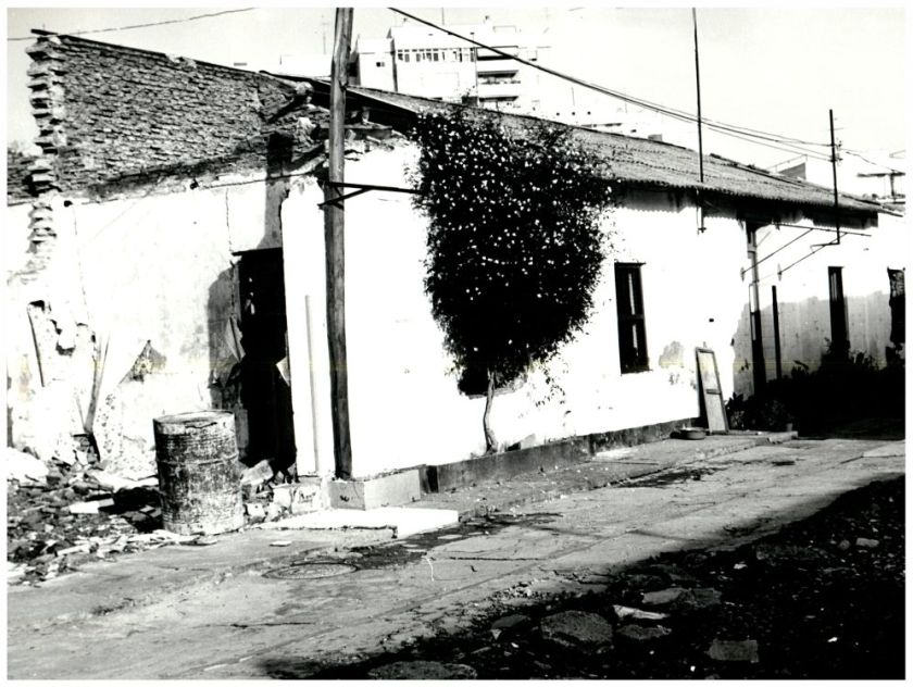 """Las inundaciones y el temporal de viento de febrero de 1976 destruyeron parte de La Dársena de Triana, cuyos inquilinos fueron trasladados mayoritariamente a una promoción de viviendas del Polígono Sur, naciendo la leyenda de """"la Triana que no se ve desde el puente"""". Tan sólo un grupo de ocho familias se negó a marcharse, obteniendo una vivienda nueva en la misma zona de Triana."""