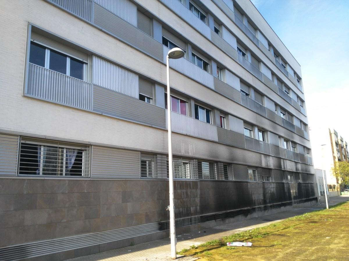 Emvisesa restablece el suministro de agua y la red de saneamiento tras el incendio del pasado lunes en el garaje de su promoción de viviendas protegidas de la Avenida de Andalucía