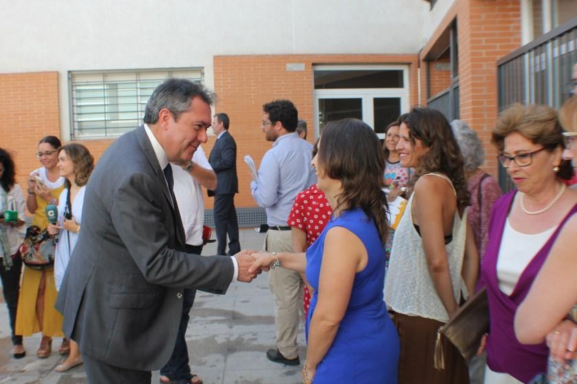Juan Espadas saludando a los adjudicatarios de los locales comerciales pertenecientes al Plan de Empleo.
