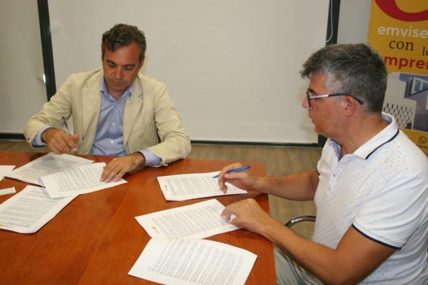 Felipe Castro y Jesús Palacios, representante de SEARO, un Centro Especial de Empleo que trabaja con personas con discapacidad.