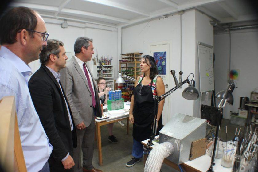Juan Espadas, alcalde de Sevilla, en la visita realizada ayer 3 de octubre a Rompemoldes.