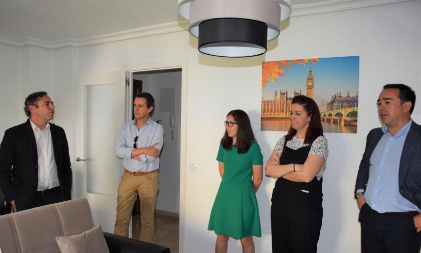 Responsables de Emvisesa visitan una de las viviendas cedidas a la asociación Paz y Bien.
