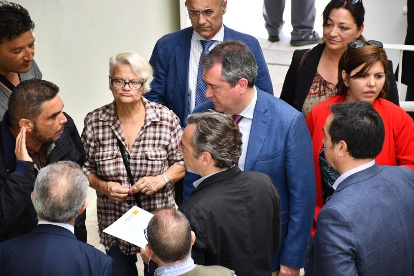 Juan Espadas, alcalde de Sevilla; Felipe Castro, director gerente de Emvisesa; Juan Manuel Flores, delegado de Bienestar Social y Empleo; y Carmen Castreño; presidenta de Emvisesa; en la visita a los nuevos edificios de Los Pajaritos.