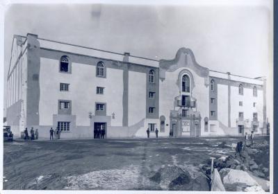"""El edificio, inaugurado en noviembre de 1929, fue obra del arquitecto José Miguel de la Quadra-Salcedo y en su época destacó como uno de los más bonitos de España cuya """"cancha queda libre de toda columna, evitando molestias al público y dando más esbeltez al edificio""""."""