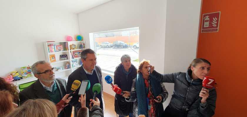 Juan Espadas atendiendo a los medios durante la visita al centro de día que funcionará en un local propiedad de Emvisesa.