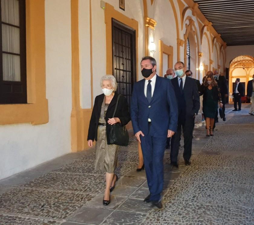 Juan Espadas, alcalde de Sevilla, acompaña a la viuda de Manuel del Valle en el acto de homenaje al ex-alcalde.
