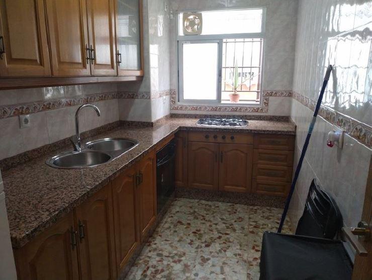 Cocina de una de las viviendas vacías adquiridas por Emvisesa.