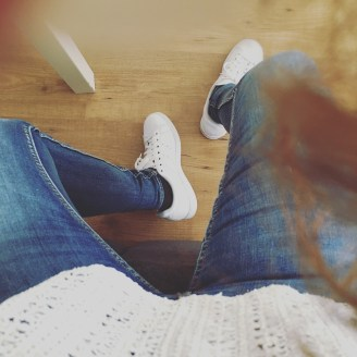 Zwanger basic outfit jeans en adidas sneakers