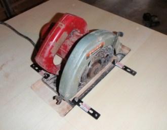 電気鋸を固定する金具
