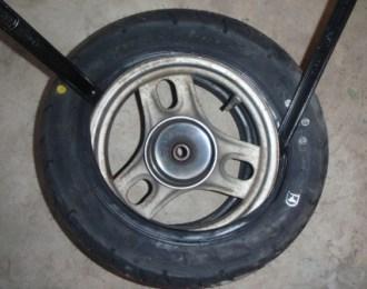 新品タイヤをはめる