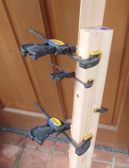 窓枠の材料張り合わせ作業