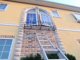 階段窓へのロートアイアン取付