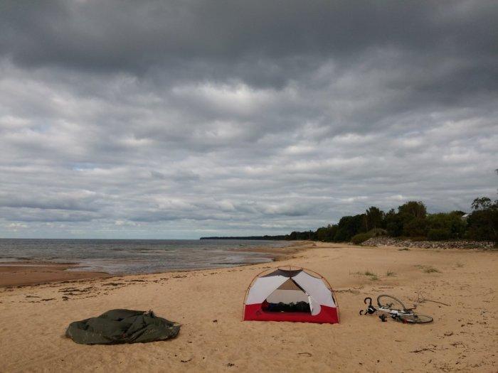 Bivouac sur la mer baltique en Lettonie