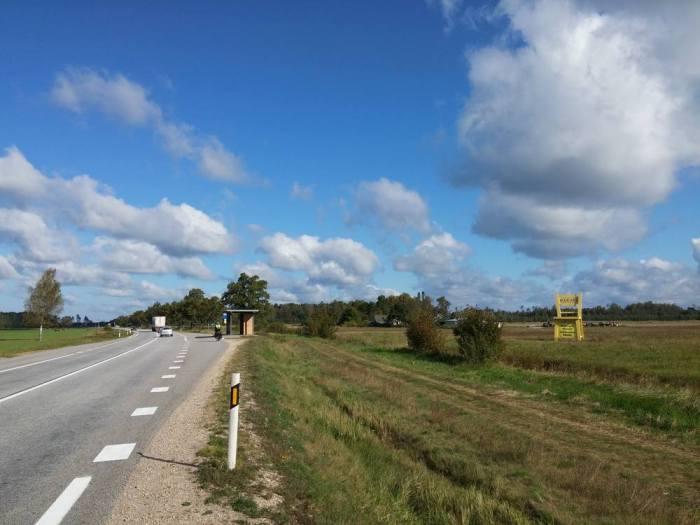Large route goudronnée sans bande latérale en Lettonie sur l'Eurovelo 13