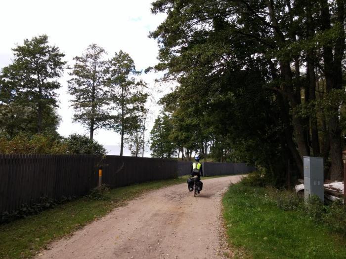 Route en terre battue le long de la mer Baltique en Lettonie sur l'Eurovelo 13